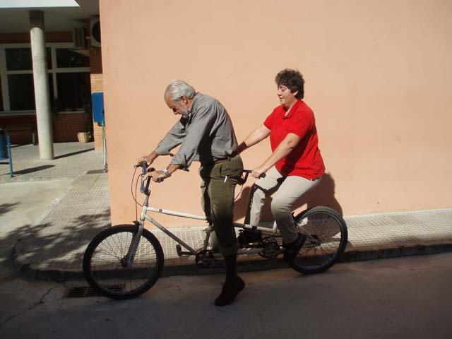 Ana y Paco montando en Tándem